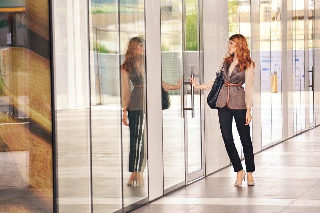 business-woman-opening-door-1997286_1920